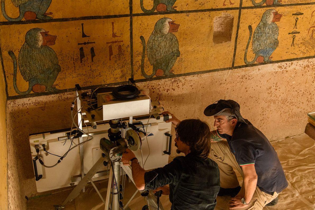 Techniker positionieren eine Radarantenne neben der Westwand des Grabs. Hätte es eine versteckte Kammer gegeben, lautete ...