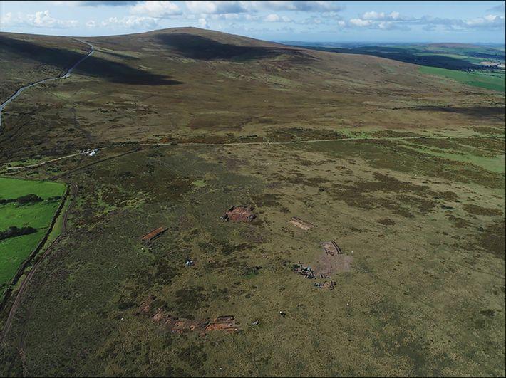 Ein Blick auf Waun Mawn von Norden während der Ausgrabung im Jahr 2018. Der Steinkreis liegt ...