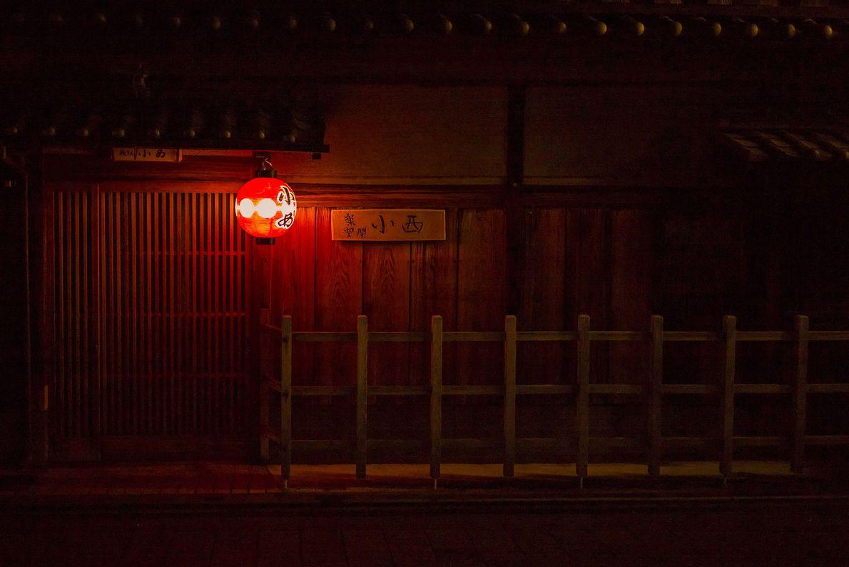 Die Pontocho-Alle am Westufer des Kamogawa ist von Restaurants gesäumt. Besucher können einen Platz auf einer ...