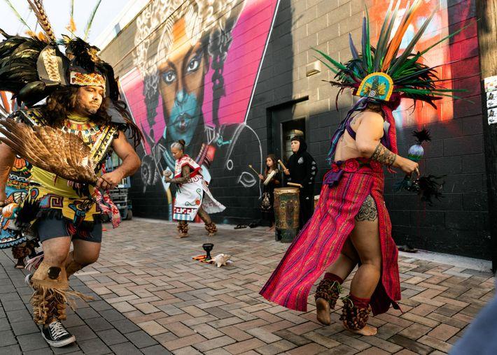 Eine Gruppe traditioneller aztekischer Tänzer tritt während des Crush Walls Festivals im Jahr 2019 auf. Das Street-Art-Festival findet in ...