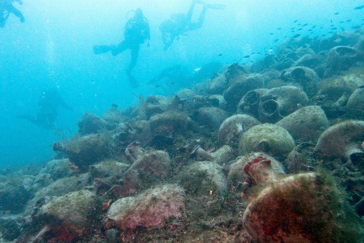 Taucher erkunden im National Marine Park von Alonissos und Northern Sporades eine Fülle von Amphoren aus ...