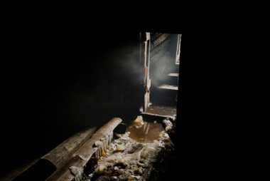 Eisblöcke liegen in dem verlassenen Permafrost-Keller einer Butterfabrik in Kyuyorelyakh.