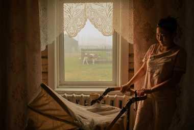 Albina Kovrova kümmert sich in ihrem Zuhause in Kyuyorelyakh um ihre einjährige Tochter.