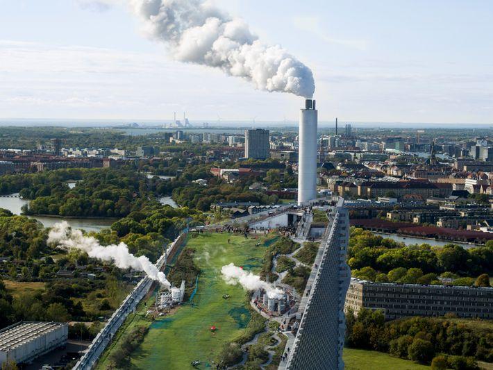 Vom Dach der Müllverbrennungsanlage Amager Bakke blickt man über Kopenhagen.