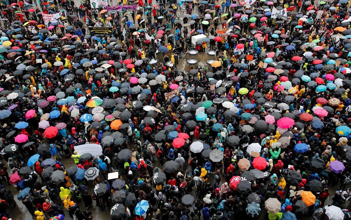 Demonstranten lassen sich in Zürich in der Schweiz nicht durch schlechtes Wetter beirren.
