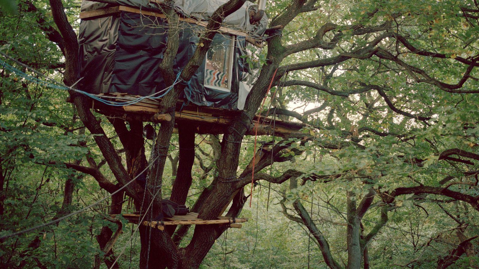 Im Rahmen der Waldbesetzung bauten Aktivisten bis zu 80 Baumhäuser. Die höchsten von ihnen befanden sich ...