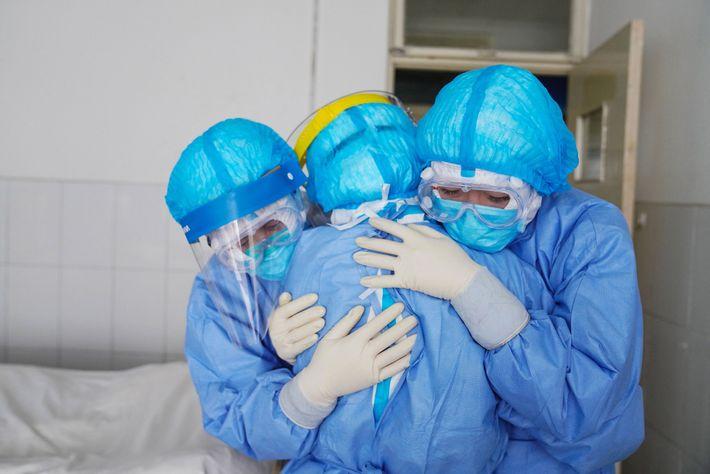 Medizinisches Personal bei einer Umarmung auf der Isolierstation eines Krankenhauses in Touping, Provinz Shandong, China.