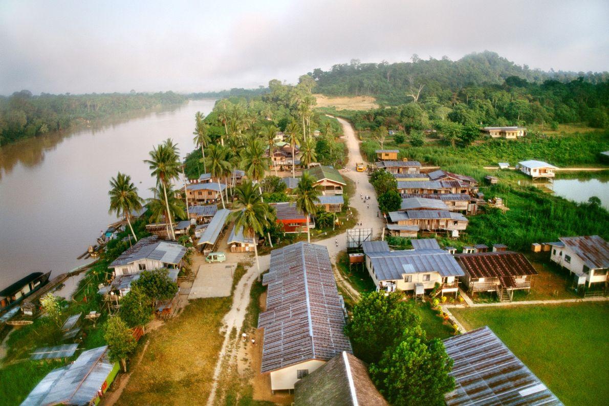 Neben dem Fluss Sabah auf Borneo befindet sich eine Holzfällerstadt. Indonesien konnte seinen Waldverlust im Jahr ...