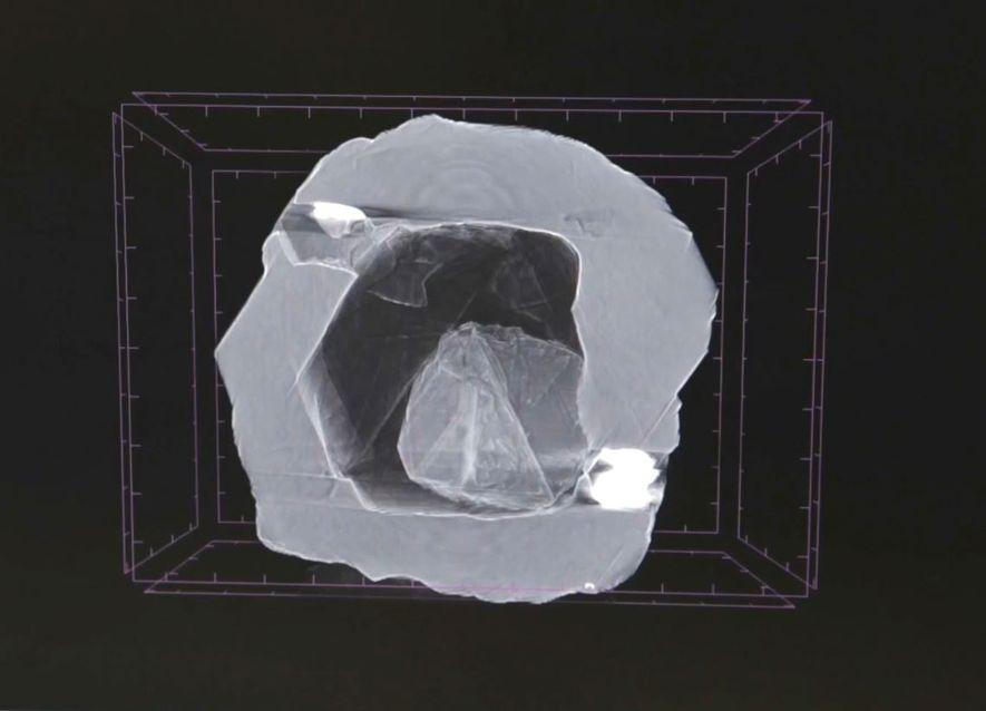 Diese Röntgenaufnahme eines Doppeldiamanten zeigt einen winzigen Diamanten in einem Hohlraum eines größeren Exemplars. Ein solcher ...