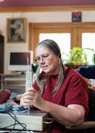 """Diane Shou bezeichnet sich selbst als """"WLAN-Flüchtling"""". Sie kontrolliert ihr Haus unablässig auf elektromagnetische Strahlung."""