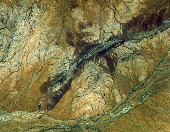Diese Aufnahme der australischen Region Jack Hills fing das Instrument ASTER des NASA-Satelliten Terra ein. Es ...