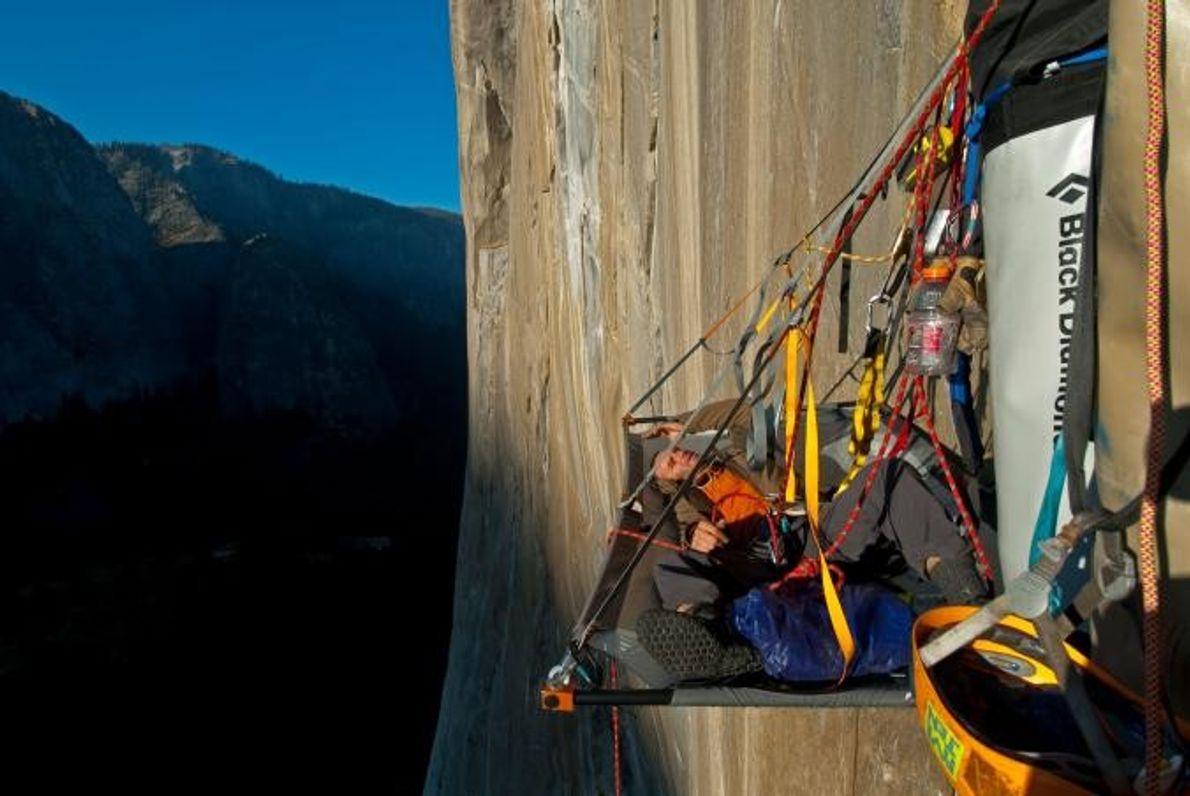 Der Kletterer Ivo Ninov schläft an der Wand des El Capitan im Yosemite-Nationalpark.