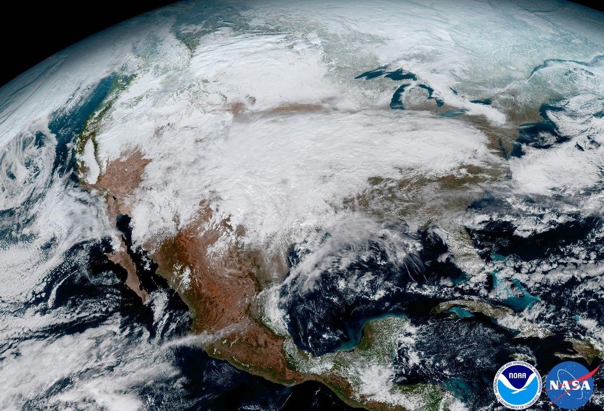 EISIGES SPEKTAKEL: Im Januar bekam GOES-16 einen Platz in der ersten Reihe des massiven Sturmsystems, das …