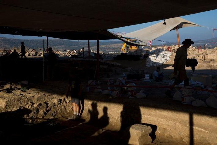 Archäologen sind im Norden Israels mit Ausgrabungen einer Synagoge aus römischer Zeit beschäftigt und legen dort ...