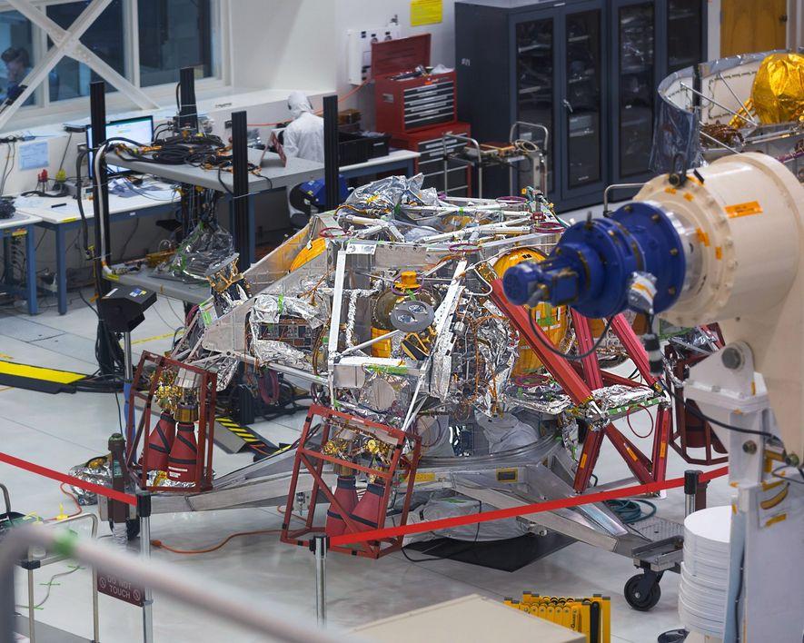 Der hier abgebildete Mars2020 Rover basiert auf dem Design des Curiosity Rovers, der sich seit 2012 auf dem Mars befindet und von einem Plutonium-Generator angetrieben wird.