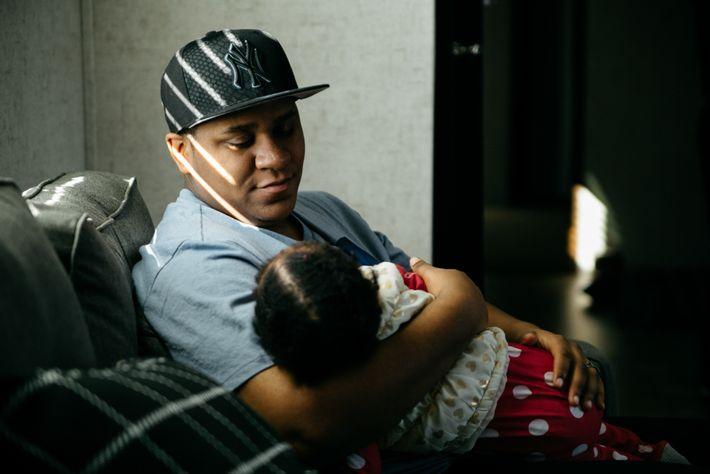 Transgender-Vater Liam Johnson hält seine einjährige Tochter Aspen an ihrem Geburtstag im Arm. Liam Johnson (20) ...