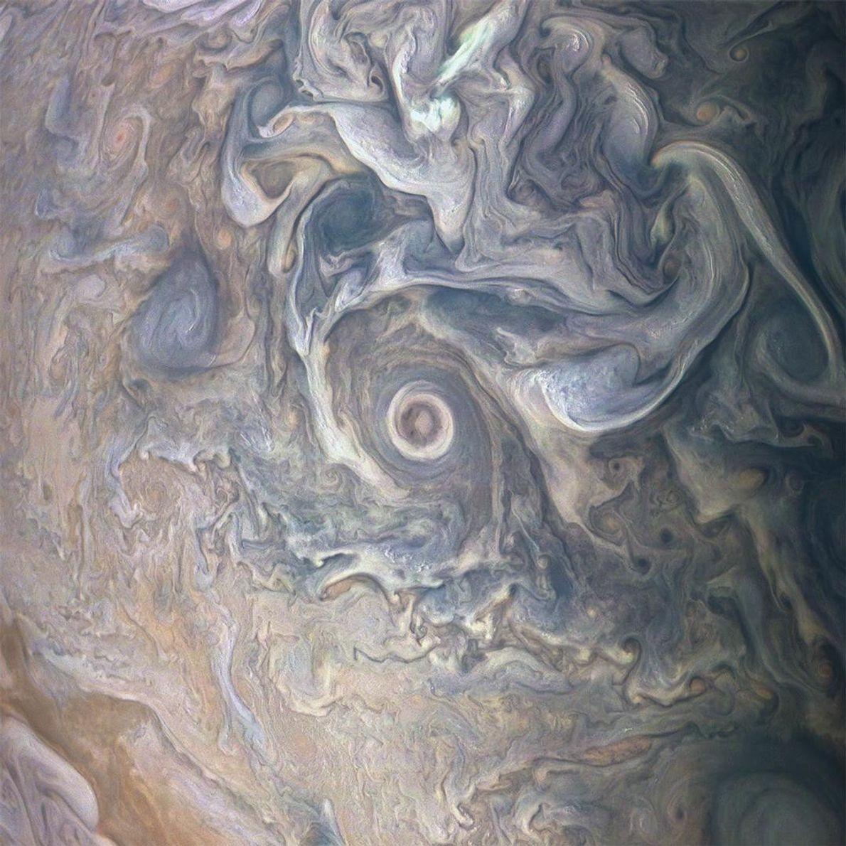 Die Wolkenwirbel in der nördlichen Hemisphäre des Jupiters wirken wie ein aufwendiges Ölgemälde. Das Bild stammt ...