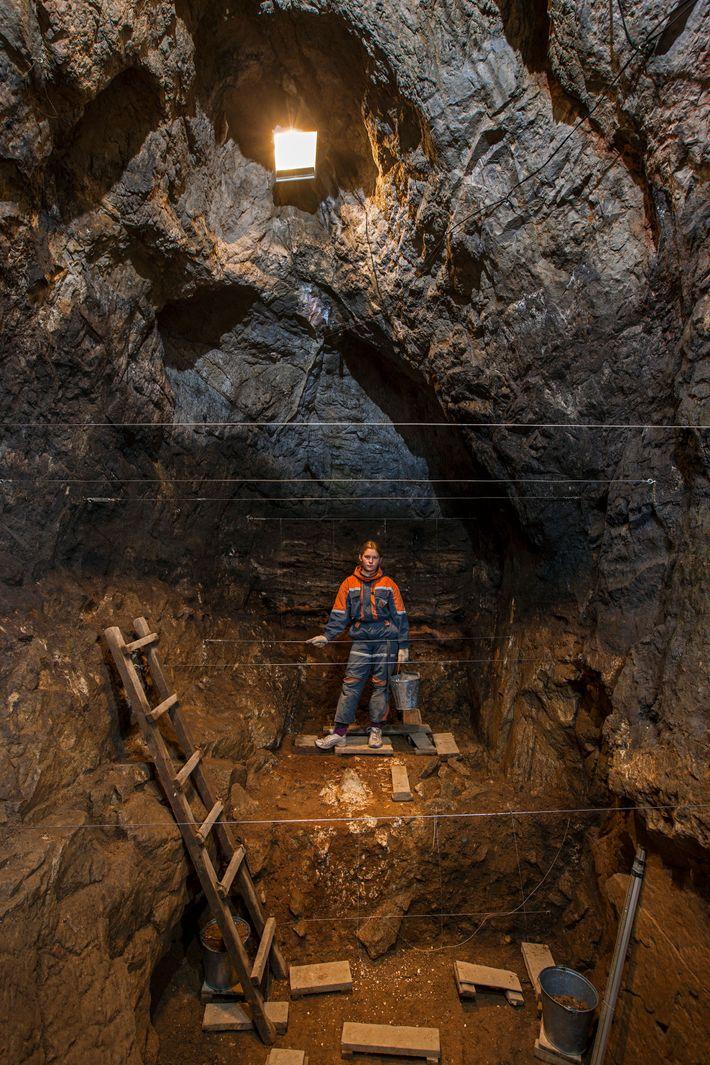 Die Denisova-Höhle in Sibirien ist die einzige bekannte Höhle, in der Überreste von Neandertalern, Denisovanern und ...