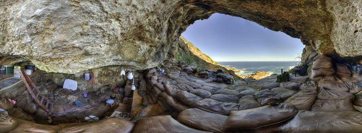 Eine Panoramaaufnahme zeigt das Innere der Blombos-Höhle, in der Wissenschaftler etliche Artefakte früher Menschen entdeckt haben. ...