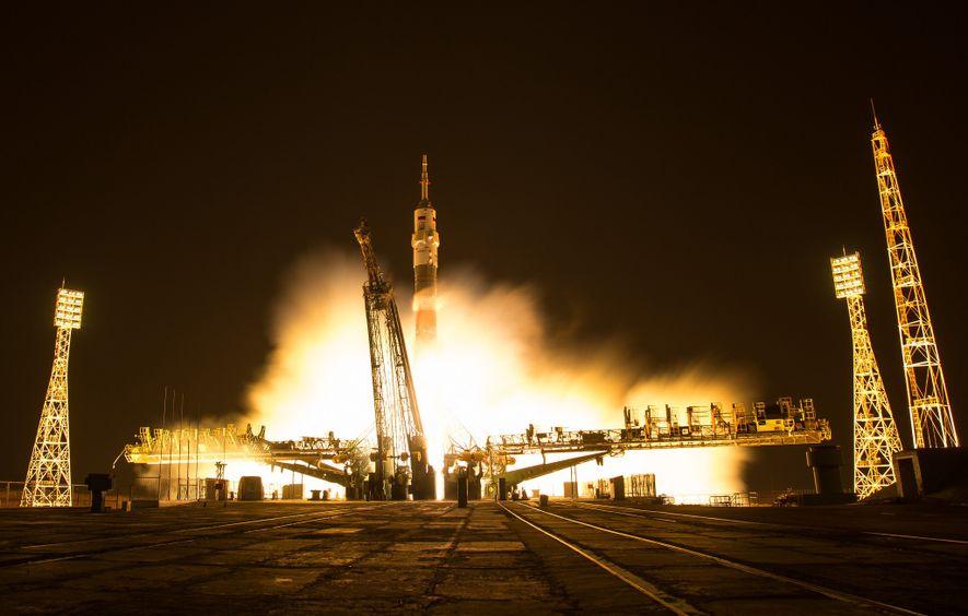 Das Team hebt am 18. November in einer Sojus MS-03 in Kasachstan ab.
