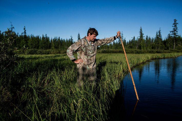 Nikita Zimov erzeugt Methanblasen in einem See, von dem vermutet wird, dass er sich aufgrund des ...