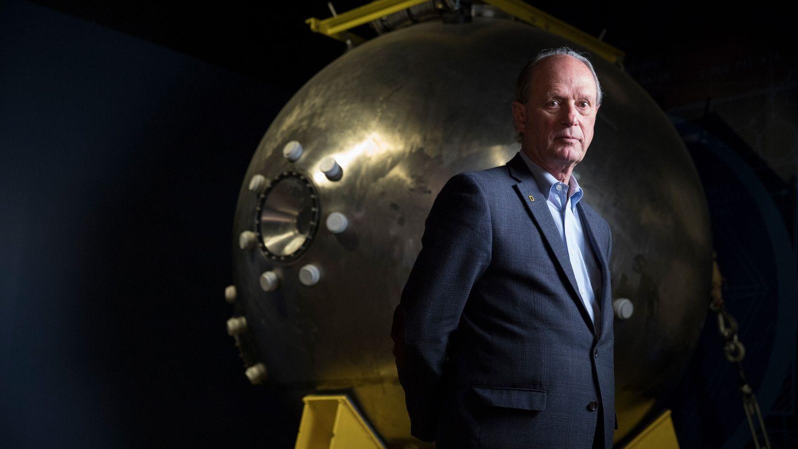 Robert Ballard, der Entdecker des Titanic-Wracks, steht vor der Mannschaftskapsel von Alvin – dem Tiefsee-U-Boot, mit ...
