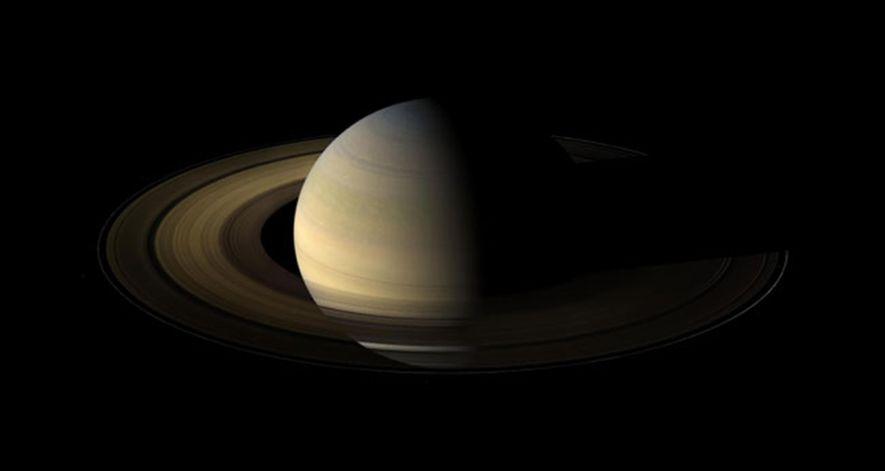 Die Raumsonde Cassini machte diese Aufnahme des Saturn anderthalb Tage nach dessen Äquinoktium. Da der Saturn ...