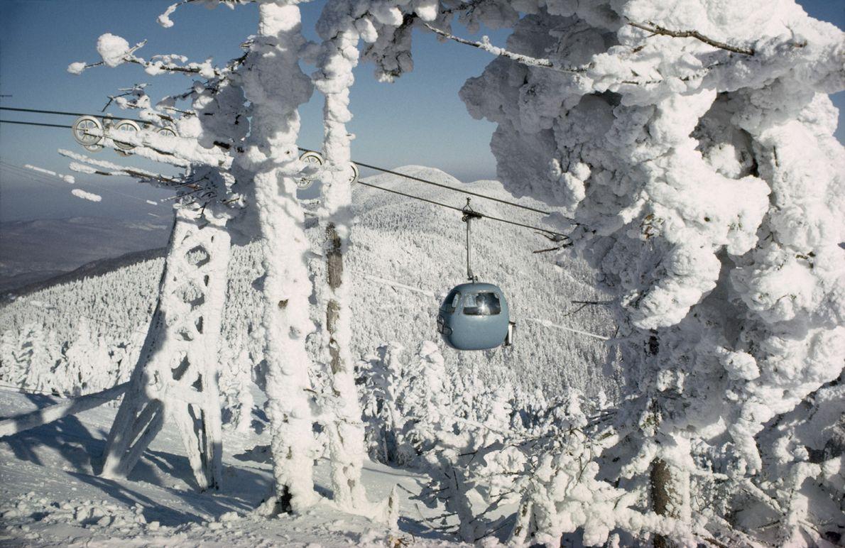 Ein Skilift bringt Skifahrer auf den Gipfel des Lincoln Peak im Green Mountain National Forest, Vermont. …