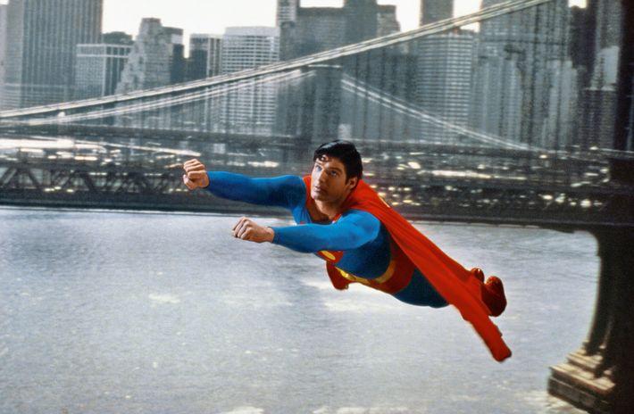 Im Film Superman von 1978 macht der Mann aus Stahl einen Superfehler, als er die Erddrehung ...