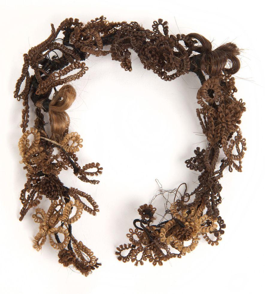 Dieser Kranz wurde aus dem Haar verschiedener Menschen geflochten, wie an den unterschiedlichen Haarfarben erkennbar ist.