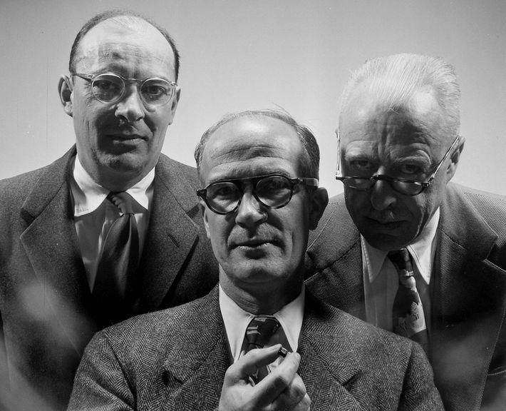 John Bardeen, William Shockley und Walter Brattain teilten sich 1956 den Physik-Nobelpreis für ihre Erfindung des ...