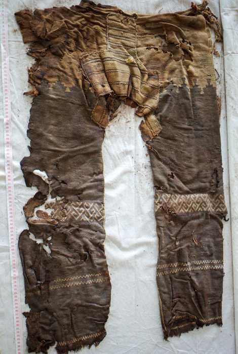 Dieses Beinkleid aus Wolle ist ein weiterer Rekordhalter: Es ist die älteste bekannte Hose der Welt. ...