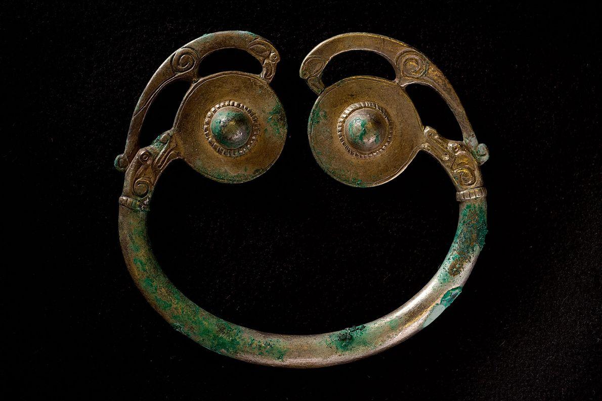 Diese symmetrische Ringfibel aus dem Schatz wurde in Schottland oder Irland für ein ranghohes Mitglied der ...