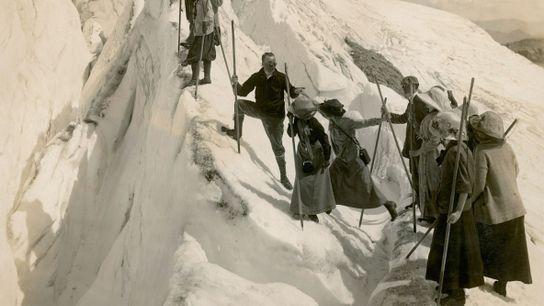 Schmaler Grat Bergwanderer klettern gegen Ende des 19. Jahrhunderts über eine Gletscherspalte im Mount-Rainier-Nationalpark im amerikanischen ...