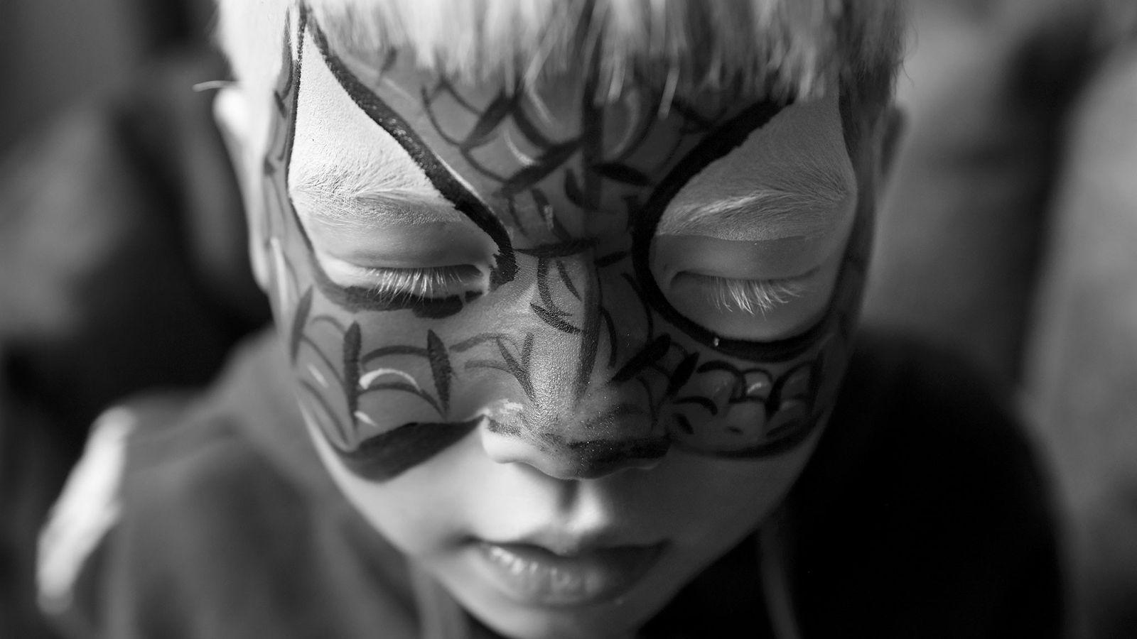 Forest mit seiner Spider-Man-Gesichtsbemalung