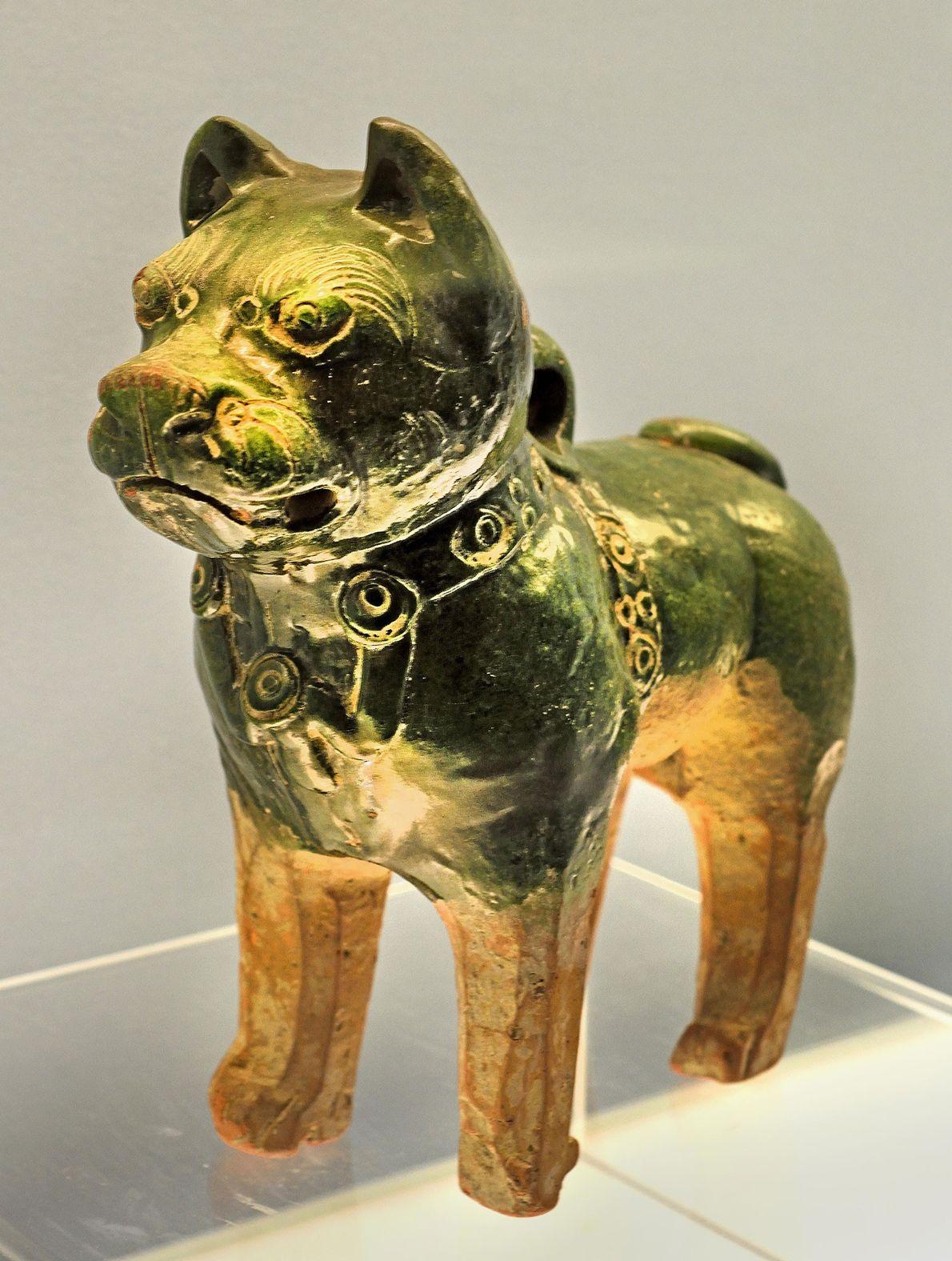 Dieser glasierte Keramikhund aus der Han-Dynastie könnte einen Chow-Chow oder einen Shar-Pei zeigen, die im alten ...