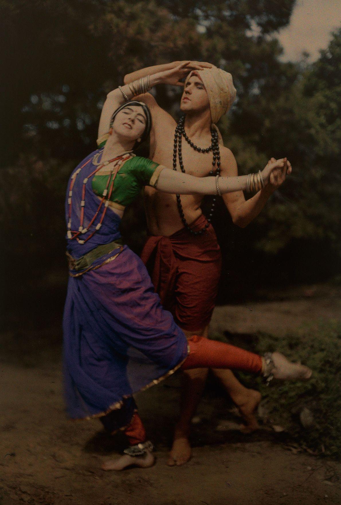 Ted Shawn und Ruth St. Denis, zwei Pioniere des modernen Tanzes, bei einer Aufführung im Kostüm. ...