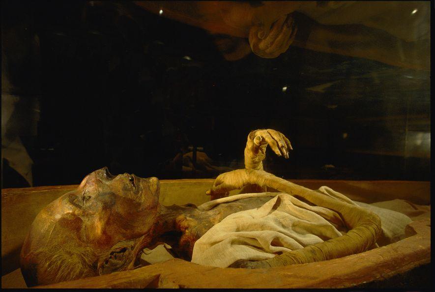 Besucher sehen sich die mumifizierten Überreste von Ramses II. im Ägyptischen Museum in Kairo an. Der ...