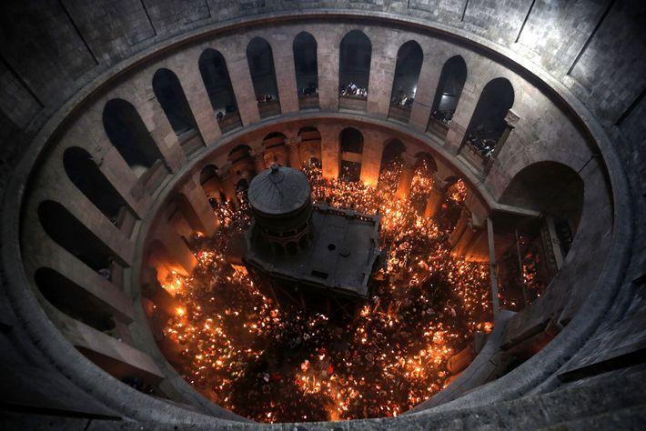 Christlich-orthodoxe Gläubige feiern Ostern in der Grabkirche in Jerusalem. Die Tempelritter versammelten sich zum ersten Mal ...