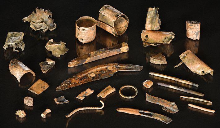 Zu der Ansammlung von Bronzeobjekten gehörten 3.000 Jahre alte Werkzeuge, Verzierungen und Metallstücke. Wahrscheinlich wurden die ...