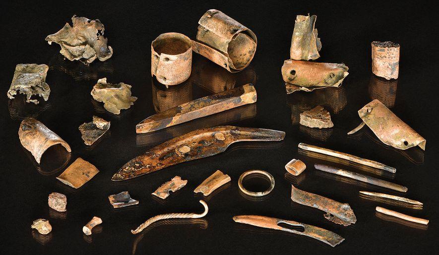 Zu der Ansammlung von Bronzeobjekten gehörten 3.000 Jahre alte Werkzeuge, Verzierungen und Metallstücke. Wahrscheinlich wurden die Gegenstände einst in einem Behältnis verwahrt, das im Laufe der Zeit verwittert ist.