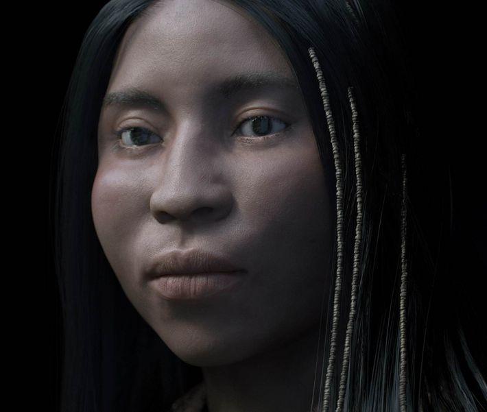 Junge Frau mit winzigen Muschelperlen im Haar