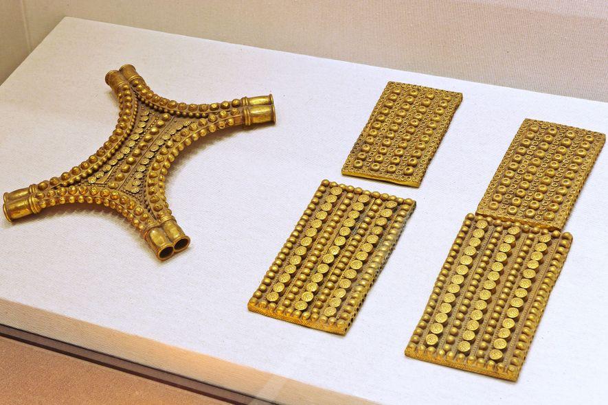 Zu dem Schatz gehören auch Goldtafeln in Rechteckform und in Form stilisierter Kuhhäute. Insgesamt wiegt er ...