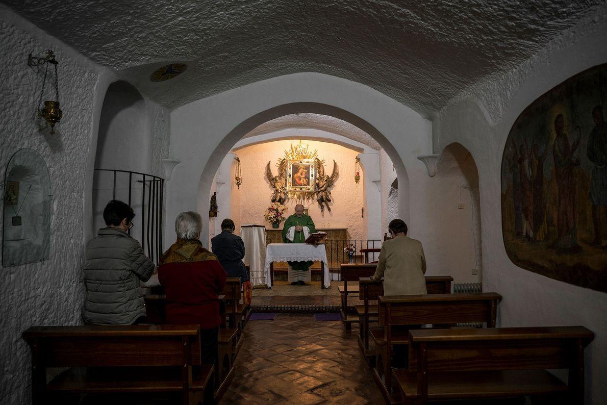 In der unterirdischen katholischen Kirche Nuestra Señora de Gracia in Guadix hält ein Priester einen Gottesdienst ...