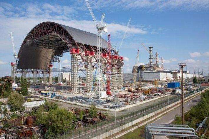 Die massive Kuppel soll über den hoch radioaktiven Block4, rechts im Bild, in Position geschoben werden. ...