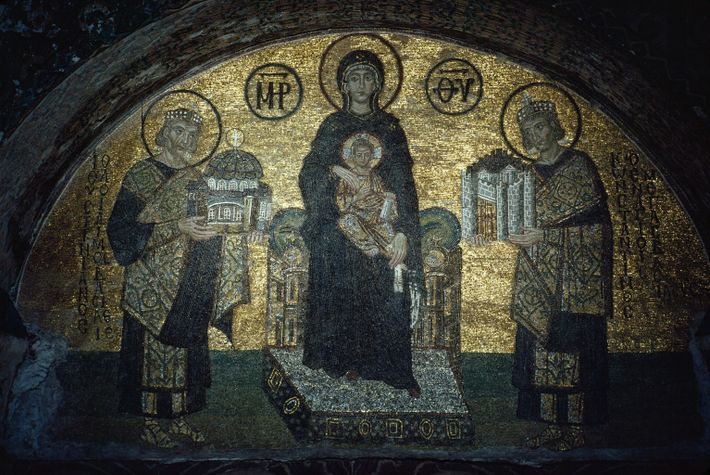 Auf diesem byzantinischen Mosaik aus dem 9. Jahrhundert sitzen die Jungfrau Maria und das Kind zwischen ...