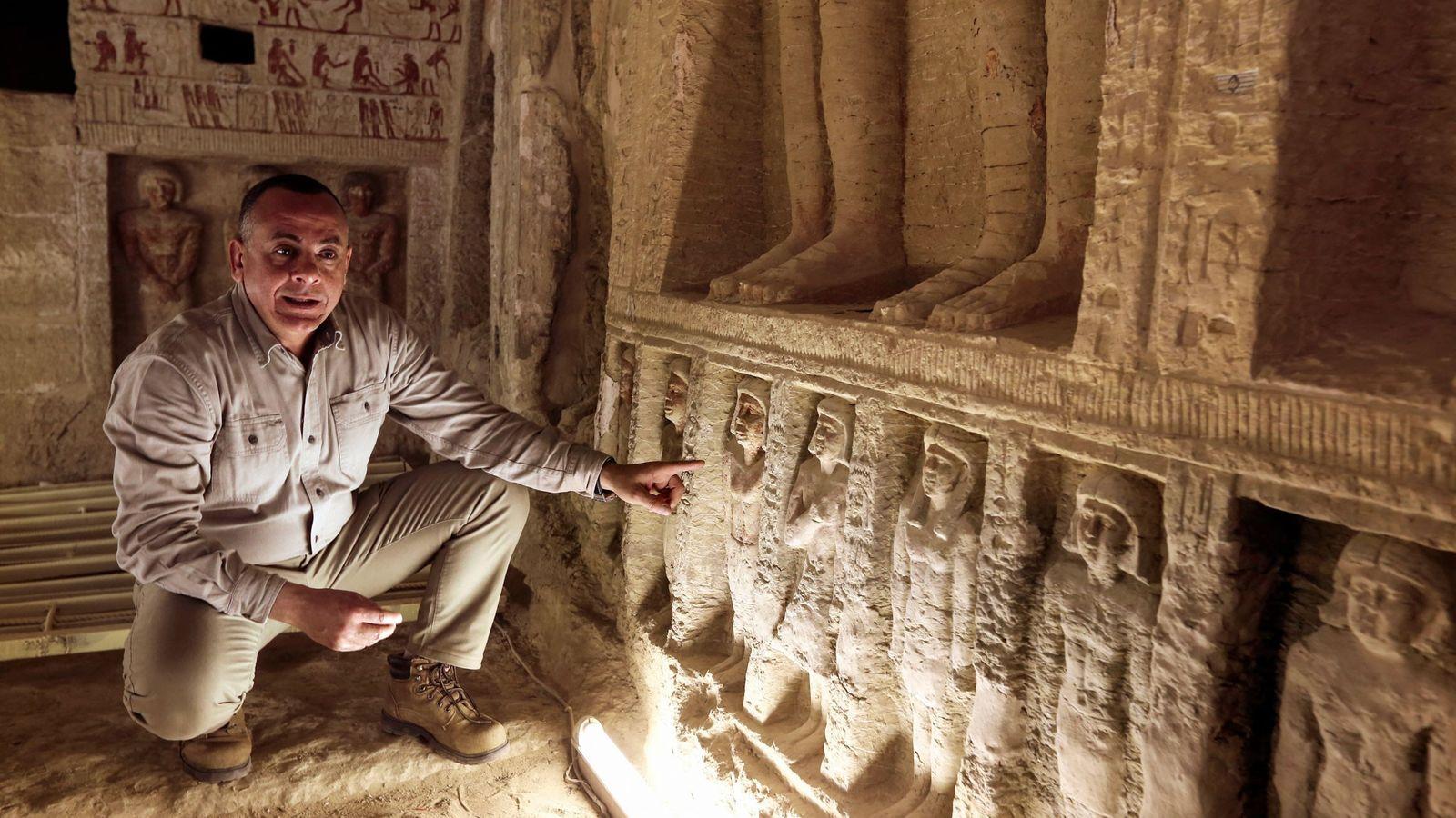 Mostafa Waziri, der Generalsekretär der ägyptischen Altertümerbehörde, verweist auf die kleinen Statuen in den Wandnischen über ...