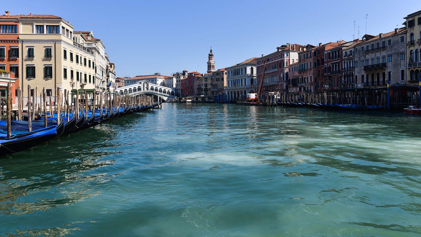 Durch die Quarantänemaßnahmen während der Pandemie sind die Kanäle von Venedig, auf denen normalerweise reger Betrieb ...
