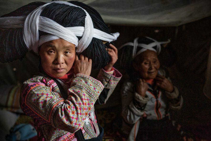Die Frauen des indigenen Volks Miao in der chinesischen Provinz Guizhou tragen bei besonderen Anlässen aufwendigen ...