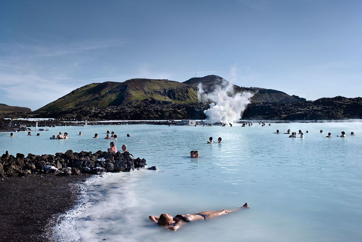Foto einer Frau in der Blauen Lagune, Island